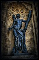 Статуи архангела Гавриила и Мадонны